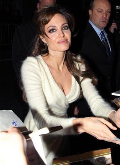 Анджелина Джоли в кашемировом свитере
