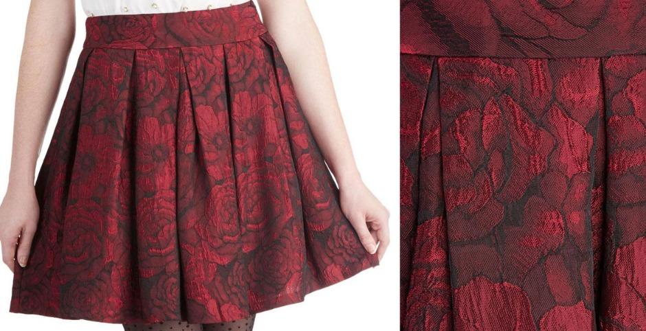 платье и складки на ткани из полиэстера